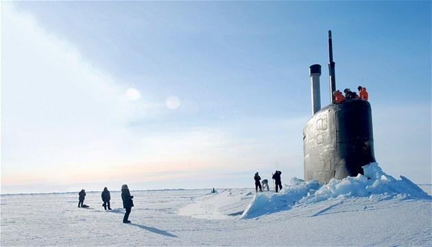 KDE JSME SE TO VYLOUPLI? Americká ponorka USS Connecticut vykukuje zpoza