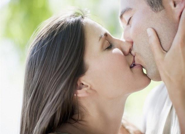 seznamka lesby líbání s jazykem