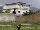 Vila, ve které americké komando zabilo teroristu Usámu bin Ládina na snímku z 5. května 2011 a stejné místo vyfocené v dubnu 2012.