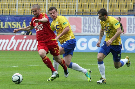 MEZI DVĚMA. Petr Malý z Dukly (vlevo) se s míčem prosmýká kolem dvou hráčů Teplic.