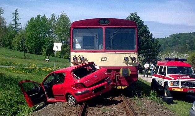 Motorový vlak peugeota z p�ejezdu odtla�il. Ve vraku auta zahynula