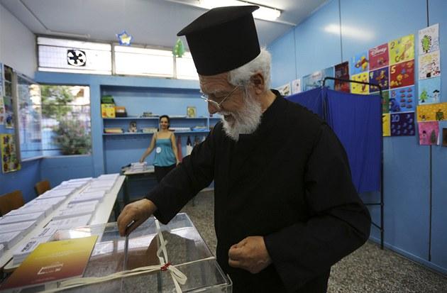 �ecký duchovní u volební urny v Athénách. �ecko v p�ed�asných volbách rozhoduje
