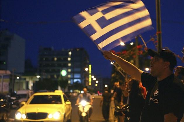 P�íznivci krajn� pravicové strany Zlatý úsvit slaví výsledky parlamentních