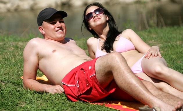 Opalovaní v Ostrav� u �eky Odry p�i rekordních teplotách na p�elomu dubna a