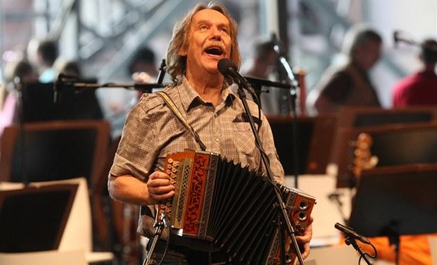 Jarek Nohavica na jediné zkou�ce s filharmoniky p�ed koncertem v bývalém...