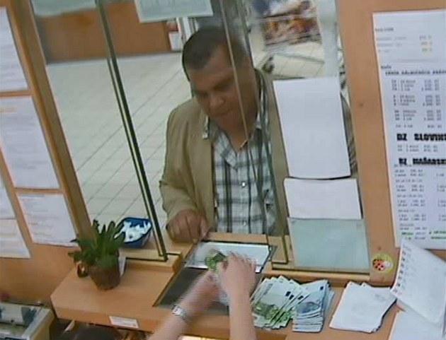 Kamera zachytila podvodníka ve sm�nárn� v Hradecké ulici v Ji�ín�.