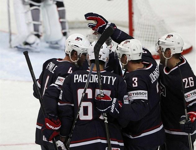 AMERICKÁ RADOST. Hokejisté USA se radují ze vst�eleného gólu.