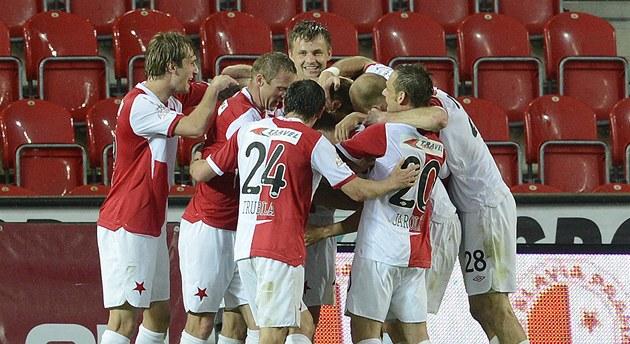 Fotbalisté Slavie se radují ze t�etího gólu v zápase s Hradcem Králové.