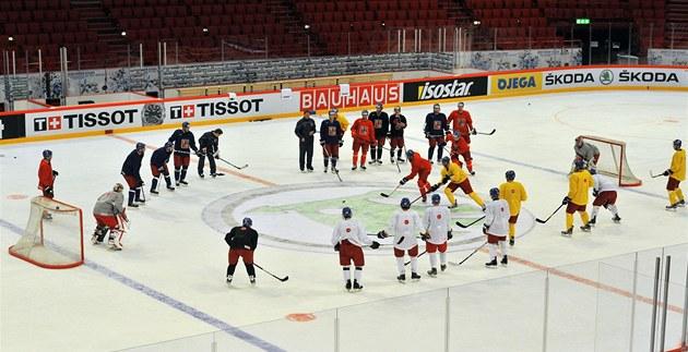 �e�tí hokejisté  p�i prvním tréninku v d�ji�ti �ampionátu