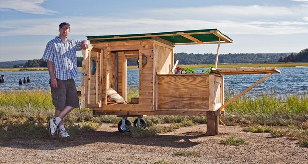 Ameri�an Derek Diedricksen u svého pojízdného dome�ku. Vyrobil jej z materiálu,...
