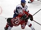 Po tvrdém střetu se Slovákem Kudročem padá Kanaďan Tavares.