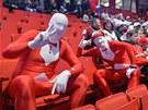 VYHRAJEME. Ru�tí fanou�ci sledují na hokejovém mistrovství sv�ta zápas svého...