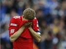 SMUTEK. Liverpoolský kapitán Steven Gerrard zklamaně opouští trávník po porážce ve finále FA Cupu.
