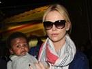 Charlize Theronová a její adoptivní syn Jackson (8. května 2012)