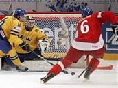 �ESK� �ANCE. �esk� hokejista Tom� Moj�� se dostal do �ance proti �v�dsku.
