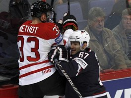 SOUBOJ U MANTINELU. Marc Methot z Kanady (v bílém) a Max Pacioretty z USA bojují u mantinelu o puk.