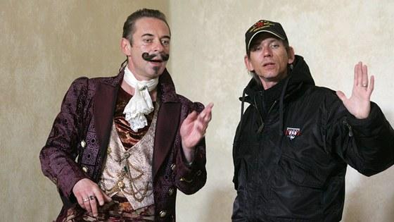Jiří Dvořák (vlevo) a režisér Jiří Strach, ale i další herci natáčejí na hradě Pernštejn pohádku Šťastný smolař.