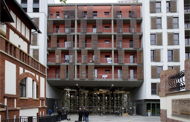 Majitelé byt� v Prague Marin� sly�eli praskání ve zdech, podle statik� je ale