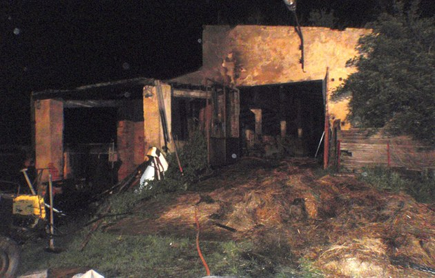 Hasi�i zasahovali u po�áru stájí u Loukova na Krom��í�sku. (10. kv�tna 2012)