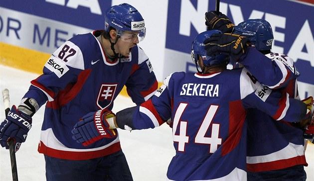 RADOS�. Sloven�tí hokejisté oslavují jeden z gól� v b�loruské síti. Tomá�