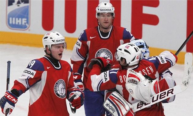D�LE�ITÉ VÍT�ZSTVÍ. Hokejisté Norska slaví výhru nad Loty�skem, díky ní� mají