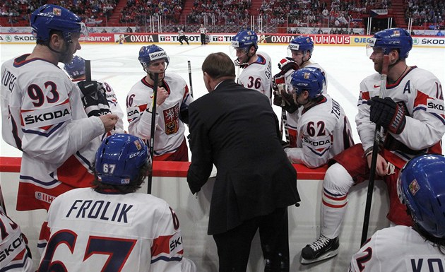 TIME-OUT. �e�tí hokejisté se radí s trenérem Aloisem Hadamczikem, jak na Rusy.