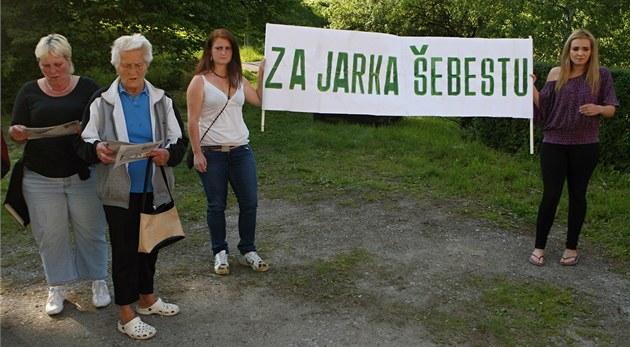 Lidé z Chot�buzi nesli i transparenty na podporu st�elce �ebesty. (19. kv�tna