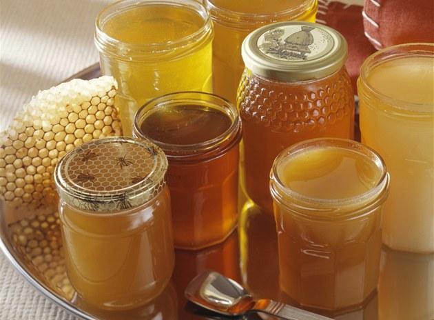 Kvalitu medu poznáte t�ko. Nejspolehliv�j�í je kupovat med p�ímo od v�ela�e.