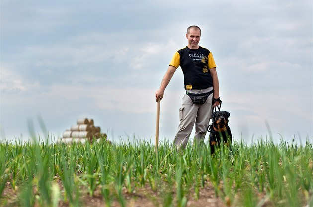 Farmá� Pavel Re� p�stuje �eský �esnek. V dob� sklizn� chodí po poli s