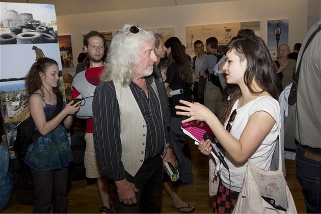 Americký architekt Michael Reynolds s náv�t�vníky b�hem zahájení své výstavy v...