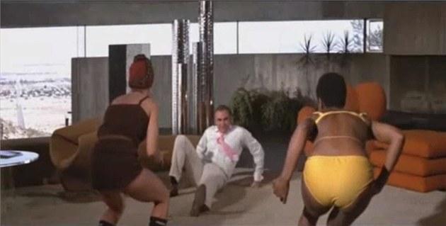 Záb�r z filmu Diamanty jsou v��né. Souboj Seana Conneryho s dv�ma dívkami,