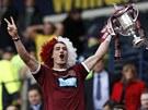 Český fotbalista Rudolf Skácel slaví se svými spoluhráči z Hearts triumf ve Skotském poháru.