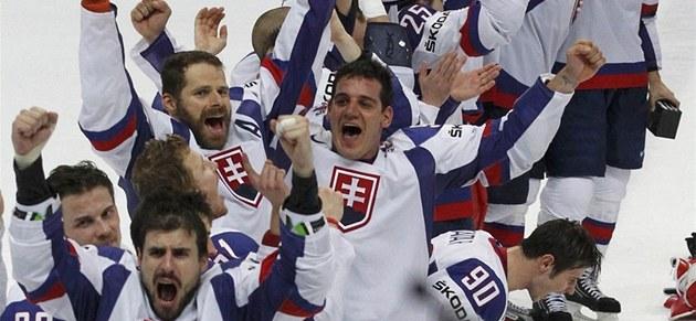 FINÁLÉÉÉ. Sloven�tí hokejisté slaví postup do finále mistrovství sv�ta, �echy