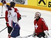 Francouzský hokejista Yohann Auvitu (v bílém) se raduje ze vst�eleného gólu v