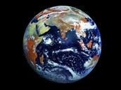 Trochu z jin�ho soudku: sn�mek rusk�ho satelitu Elektro-L, kter� m� b�t �konkurenc� fotografi� NASA a p�edstavuje zat�m nejpodrobn�j�� fotografi� na�� planety po��zenou na jednu uz�v�rku. V�ce o n�m v odkazu, kter� najdete v souvisej�c�ch textech pod �l�nkem.