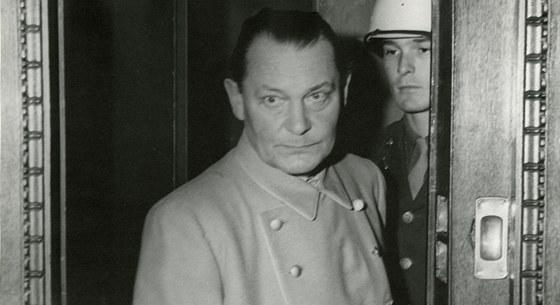 Hermann G�ring u soudn�ho tribun�lu v Norimberku. Byl odsouzen k trestu smrti ob�en�m, poprav� v�ak unikl, 15. ��jna sp�chal sebevra�du.