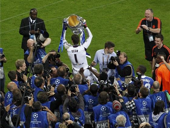 KRÁL VEČERA. Brankář Petr Čech si nad hlavami spoluhráčů užívá triumf v Lize mistrů.