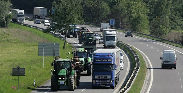 Protestující zem�d�lci na p�ivad��i k dálnici D1 u Velkého Beranova (23. kv�ten