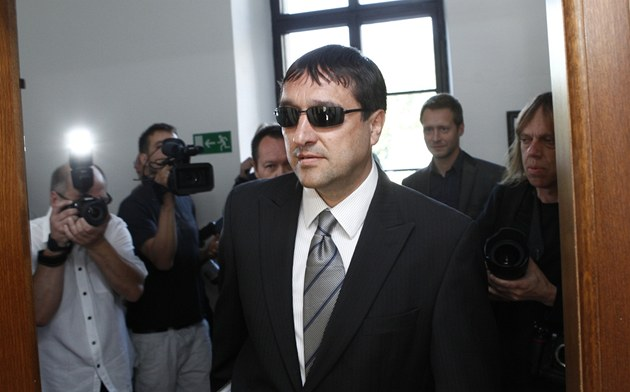 Ale� Trpi�ovský u Krajského soudu v Praze (29. 5. 2012)