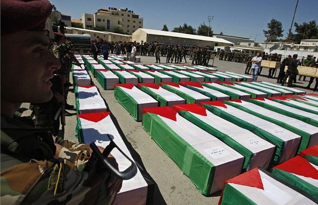 Palestin�tí vojáci v Ramalláhu na Západním b�ehu st�e�í rakve mrtvých