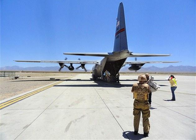 Lockheed C130 Hercules chvíli po p�istání na leti�ti základny Shank v Lógaru