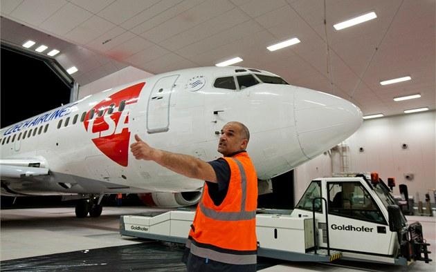 Z ruzy�ského leti�t� odlet�l stroj �SA Boeing 737 - 500. V lakovn� v