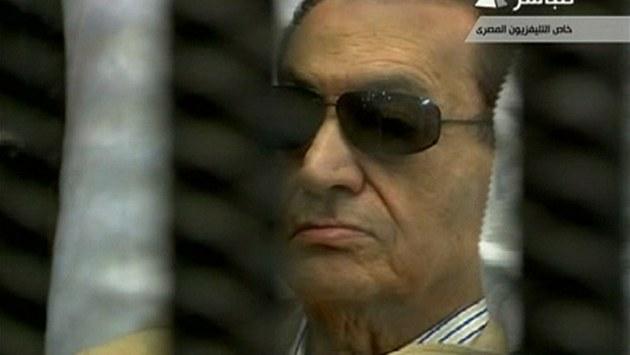 Husní Mubarak naslouchá vynesení rozsudku. Byl odsouzen k do�ivotnímu v�zení.