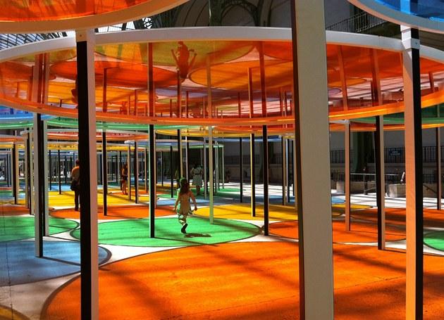 Pohled do Grand Palais s instalací Daniela Burena