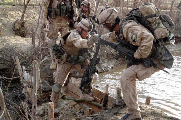 �e�tí vojáci p�ekra�ují jednu zhrázek na potoku b�hem operace Welcome Home v...
