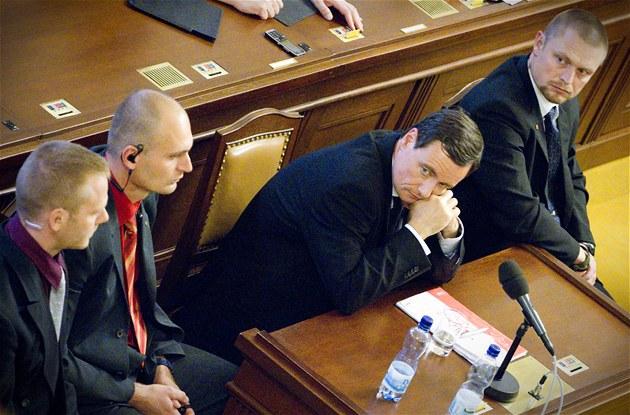 David Rath sedí mezi t�emi policisty p�i jednání Poslanecké sn�movny o jeho