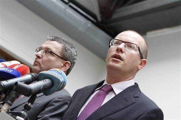 P�edseda �SSD Bohuslav Sobotka na tiskovce p�ed vystoupením obvin�ného Davida