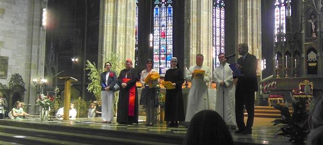 Arcibiskup Dominik Duka p�edával maturitní vysv�d�ení v katedrále sv. Víta