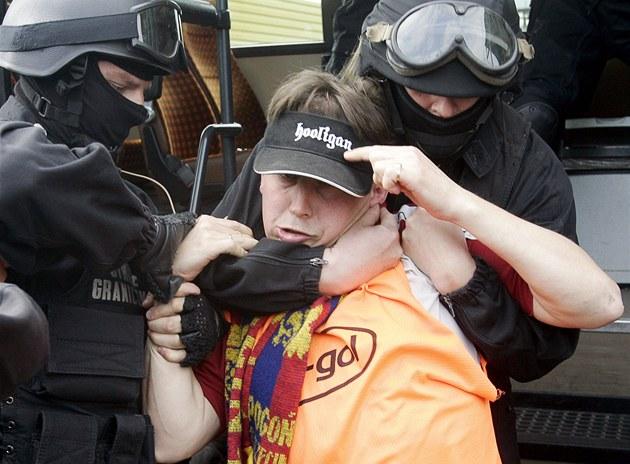 Pol�tí chuligáni vál�í s policií.