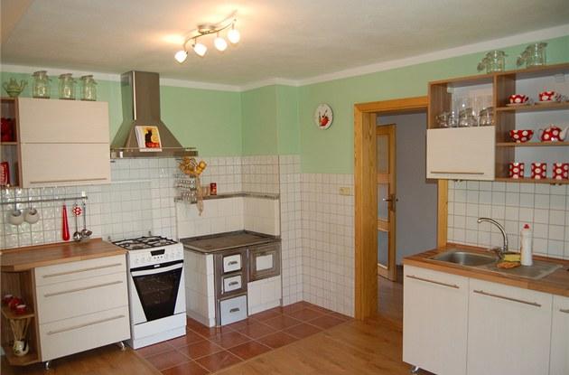 Do nové kuchyn� p�idal majitel stará kamna po prababi�ce.
